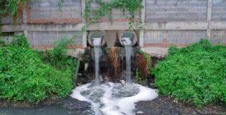Sonhar com água suja