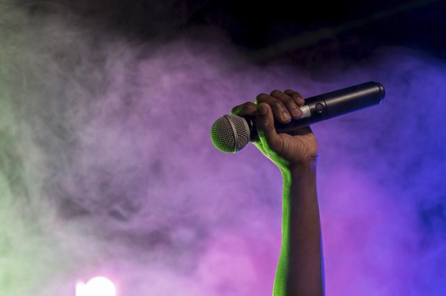 Algumas interpretações podem esclarecer os sonhos com microfone