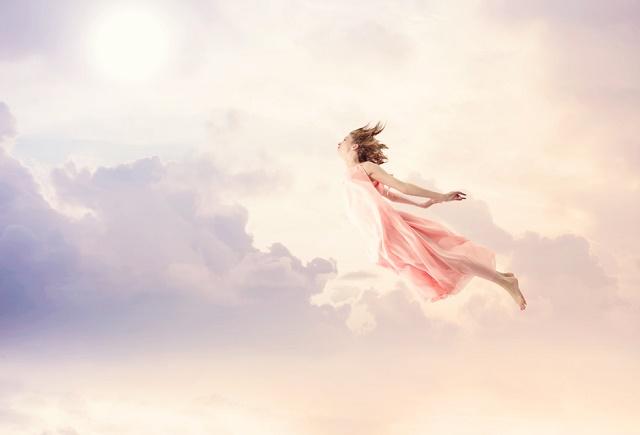 Mulher voando no céu